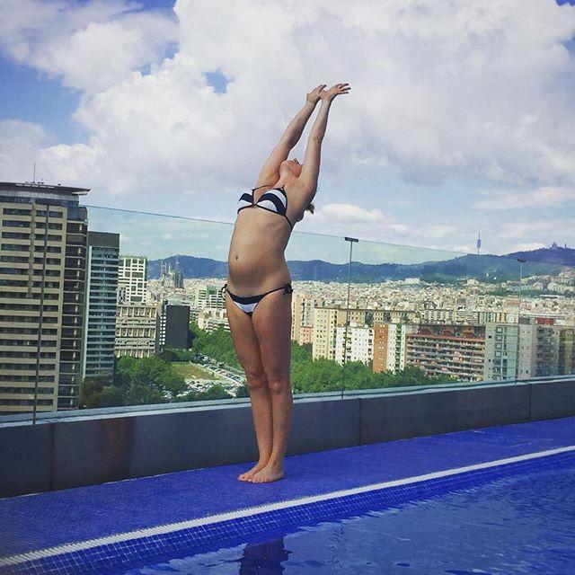 Onwards and upwards  Juz jutro Vinyasa na Sopockich Bloniach! #yogaeverywhere #barcelona #yogamama #sunsalutation #poolsideyoga #yogaeverydamnday #yogabelly #joga #jogamama #fitmama