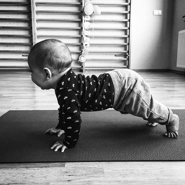 Najmłodszy jogin @freedomyogapl Pokazuje deskę😁📿🕉🙏🏻 our youngest yogi shows plank pose #yogapose #yogababy #jogabobas #jogasopot #galoopka #jogawsopocie #yogamom #yoga
