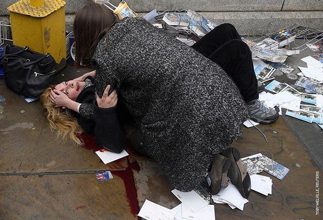 """@WorldPressPhoto of the Year Nominee #3 Quale sarà la #fotodell'anno 2018? #Condividi sul tuo profilo la tua foto dell'anno con l'hashtag #mywpph2018 e vinci il tuo biglietto per la #mostra a #PalazzodelleEsposizioni di #Roma dal 27 Aprile al 27 Maggio.  Era stato un pomeriggio tranquillo nel centro di #Londra e il fotografo inglese #TobyMelville stava scattando delle foto al Parlamento. Era sotto il ponte sulla riva del #Tamigi, quando un uomo atterrò vicino a lui. """"C'era un sacco di sangue che usciva dalla sua testa - ha detto Melville - e ho pensato che dovesse trattarsi di un terribile incidente"""". Salì i gradini per raggiungere il ponte, e fu allora che si accorse che c'erano altri corpi distesi sul marciapiede. Non sapeva cosa fosse successo, qualcuno disse """"un autobus"""", qualcuno una """"macchina"""", altri che si trattava di una sparatoria.  Una passante aiuta una donna ferita dopo che Khalid Masood ha investito con la sua auto i pedoni sul ponte di #Westminster a Londra, nel Regno Unito, uccidendo cinque persone e ferendone altre.  Commissionato da @Reuters ©Toby Melville - Witnessing the immediate aftermath of an Attack in the Heart of London.  #worldpressphoto2018 #exhibition #contest #photocontest #photography #stories #2017 #world #people #eyes #photo #photos @palexpo #10bphotography #worlpressphotofoundation #mostreroma #springinrome #romaeventi #romamostre"""