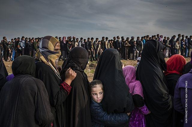 @WorldPressPhoto of the Year Nominee #5 Quale sarà la #fotodell'anno 2018? Condividi sul tuo profilo facebook la tua foto dell'anno con l'hashtag #mywpph2018 e vinci un biglietto omaggio per la #mostra a @PalazzodelleEsposizioni di #Roma.  In questa foto sembra che il tempo si sia bloccato al contrario. Questi sono i civili che sono rimasti a Mosul, in fila per gli aiuti nel quartiere di Mamun. Il mondo intorno a loro sta crollando, sono rimasti senza cibo né acqua. E' questo il prezzo da pagare per chi decide di restare. Al centro c'è una giovane bambina, ci sentiamo vicini a lei, speriamo che avrà un'intera vita per dimenticare quello che ha passato. Il fotografo irlandese @IvorPrickett non ci mostra i vincitori della guerra, ma coloro che non hanno una voce e che così possono riconquistare la possibilità di essere ascoltati. Civili rimasti a ovest di Mosul dopo la battaglia per prendere la città.  Commissionato da @TheNewYorkTimes ©Ivor Prickett - The Battle for Mosul - Lined up for an Aid Distribution  #photo #photos #photocontest #worldpressphotofoundation #pictureoftheyear #exhibition #freentry #palaexpo #rome #romexhibition #stories #world #professionalphotography ##10bphotography #photooftheday #instalike #bestoftheday #follow #all_shots #children #child #kids #young #life photojournalism