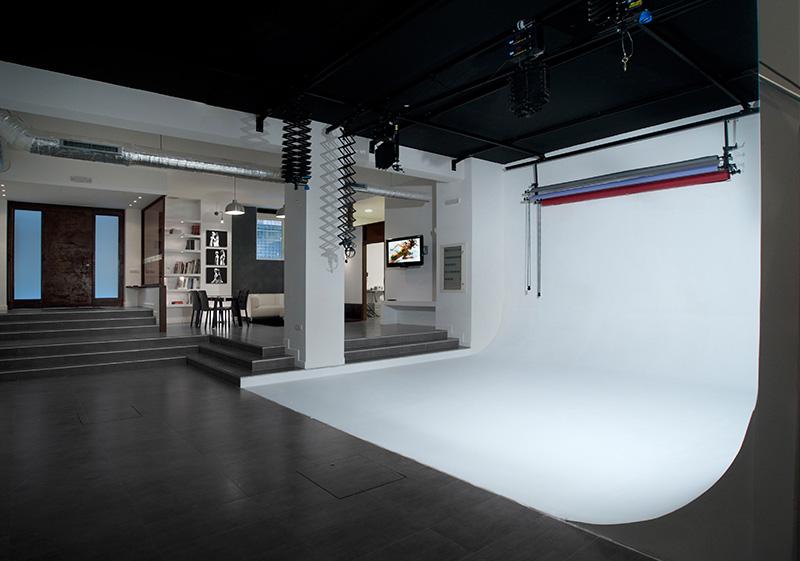 Noleggio della sala posa con l'esclusivo utilizzo del limbo ad angolo in cemento bianco. A partire da 25,00€/h.    NOLEGGIO BASE →