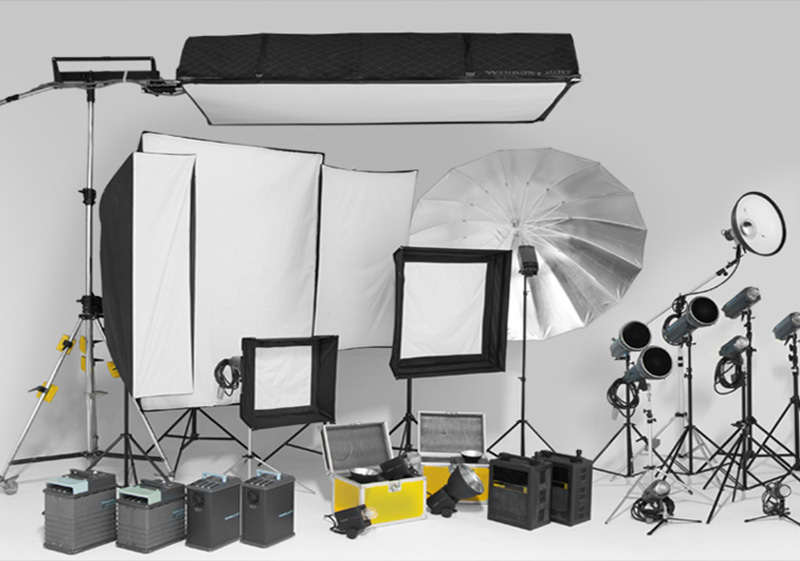Attrezzature fotografiche professionali, sistemi di illuminazione flash e a luce continua, softbox, stativi e impianti hardware.    ATTREZZATURA →
