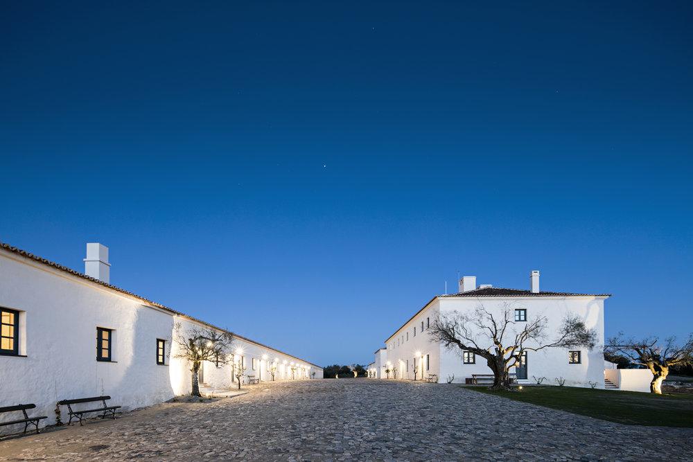Escape n° 2 / Escapade nature au Portugal... - 3 nuits au Sao Lourenço do Barrocal situé dans une des régions les plus préservées du Portugal, l'Alentejo. Une propriété historique au luxe discret proposant un service digne des plus grands palaces. Ce domaine offre une quarantaine de chambres au décor minimaliste, un Spa avec à la carte des soins organiques et une piscine extérieure.Vous aurez le sentiment d'être à la maison tout en étant en profonde connexion avec la nature.Expériences incluses : Visite du domaine viticole et dégustation de vins, balade à dos de cheval avec guide privé (adapté à tous niveaux), accès au Spa et au sauna, massage pour deux, balade à pieds ou à bicyclette et dégustation d'un pique-nique organique en pleine nature.Gastronomie du verger.Photo : Nelson Garrido