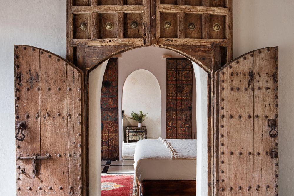 Escape n° 3 / Echappée belle au Maroc... - 3 nuits à la Kasbah Bab Ourika nichée dans les montagnes de l'Atlas entre désert et sommets enneigés. Située à 45 minutes de Marrakech, vous profiterez de la vue époustouflante et d'un ensoleillement exceptionnel tout le long de la journée. Construite selon la tradition berbère, la Kasbah Bab Ourika possède une trentaine de chambres au décor marocain contemporain et une piscine pour se prélasser au soleil.Expériences incluses : Accueil VIP (fast-track), hammam oriental et massage pour deux, randonnée dans l'Atlas avec guide privé et dégustation d'un pique-nique de luxe en pleine nature, découverte de la culture berbère et d'une ferme locale, cours privé de cuisine marocaine suivi d'un lunch dégustation.Gastronomie marocaine organique.