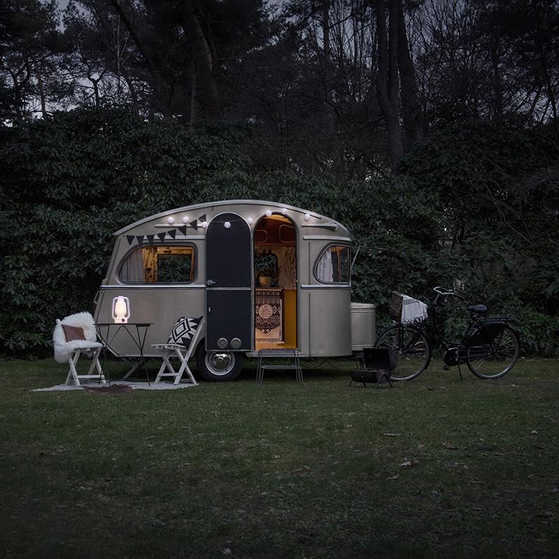 Voor caravan in schemering.jpg
