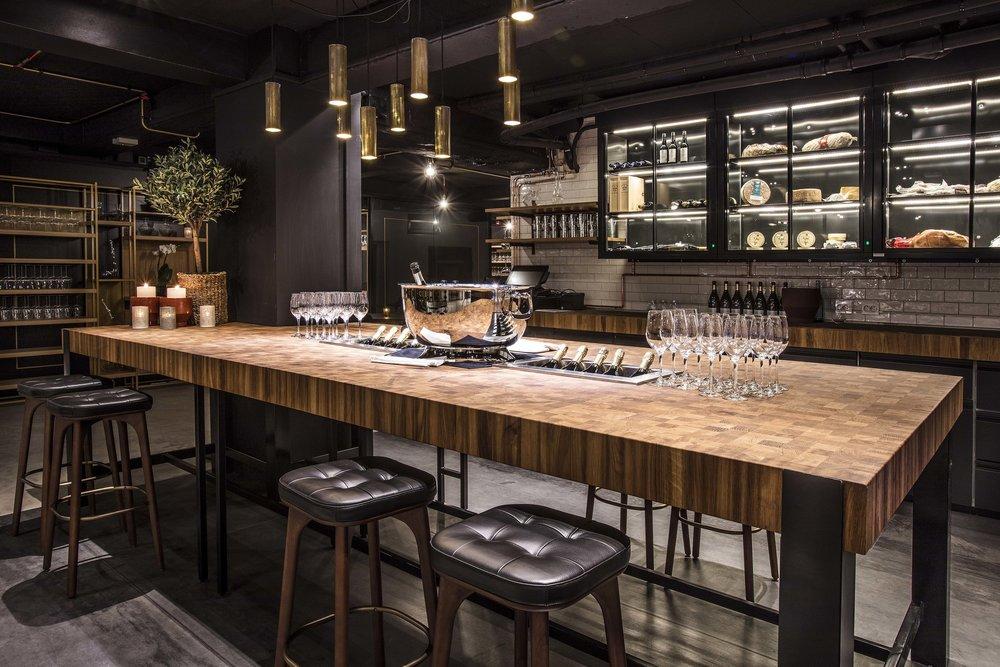 VINKJELLER - Vinkjelleren ligger i etasjen under restauranten. Med over 16.000 flasker og mer enn 1.500 ulike viner kan vi tilby vi en rikholdig vinopplevelse.Se vinkjelleren
