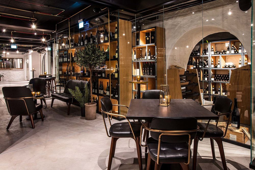 FAKTA - – 16.000 flasker– 1.500 viner– Opptil 80 personer– Chambre Séparée– Vinsmaking– Viner på glassSe meny i vinkjelleren