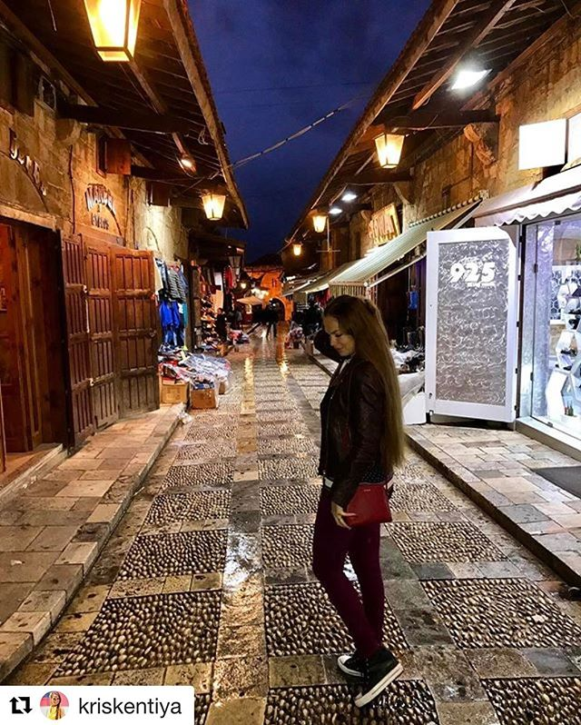 A beautiful tourist in Fantastic #jbeil @kriskentiya 👌! #livelovelebanon#byblos#prolebanon #propellebanon