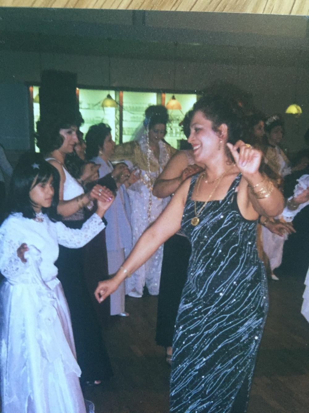 Någonstans i oktober år 2004 åkte vi till Tyskland för att min kusin gifte sig. Det var rätt tufft att förklara för släkten vad som pågick med mig, särskilt med peruken. Denna bilden visar hur stark mamma försökte vara och försökte uppmuntra mig.