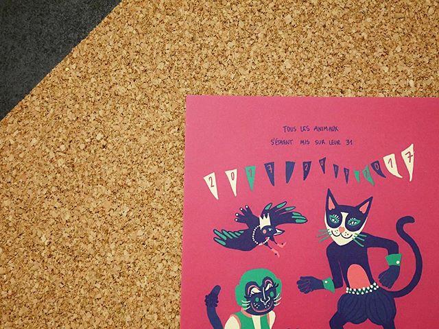 Avez-vous vu l'illustration de @chloehueber pour le mois de janvier ? Il est encore temps de découvrir son article sur notre site (lien dans la bio)  Passez un bon week end 💌  #momongamoment #artist #illustration #hello2017 #print #postcards #sendlove #artbox