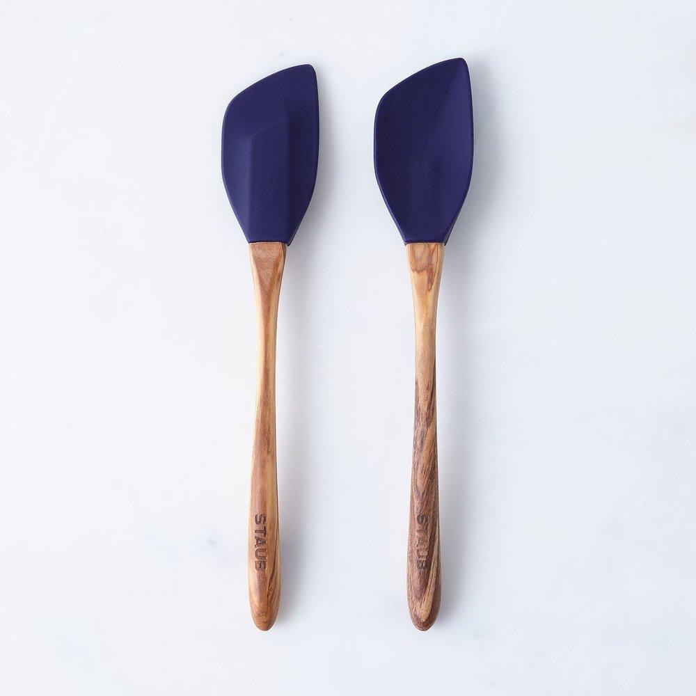 1b5f33b6-20db-409c-b914-144921294f10--2016-0909_zwilling-staub_olive-wood-silicone-spoon-and-spatula-set_navy_silo_rocky-luten_101.jpg