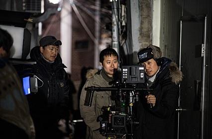 <혼자> 촬영현장의 김병정 촬영감독(맨 우측)