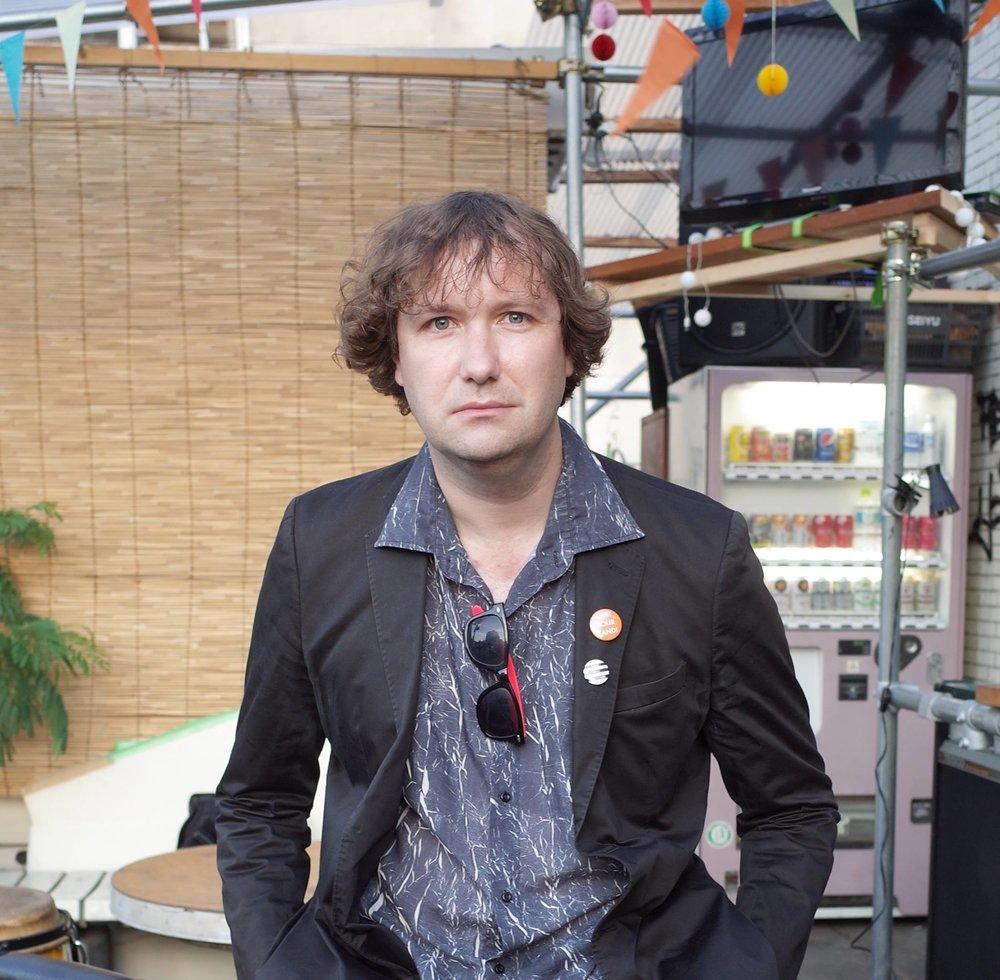 イアン・マーティンは東京を拠点とするインディーレーベルCall And Response Recordsを主宰して10年以上となる。日本のインディー音楽シーンについて執筆もしており、著書「Quit Your Band! Musical Notes from the Japanese Underground」が2016年Awai Booksより出版された。