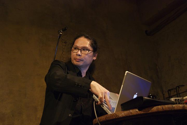 有馬純寿 Sumihisa Arima Electronics   1965年生まれ。エレクトロニクスやコンピュータを用いた音響表現を中心に、現代音楽、即興演奏などジャンルを横断する活動を展開。ソリストや東京シンフォニエッタなどの室内アンサンブルのメンバーとして多くの国内外の現代音楽祭に参加し、300を超える作品の音響技術や演奏を手がけ高い評価を得ている。第63回芸術選奨文部科学大臣新人賞芸術振興部門を受賞。2012年より国内外の現代音楽シーンで活躍する演奏家たちと現代音楽アンサンブル「東京現音計画」をスタート、その第1回公演が第13回佐治敬三賞を受賞した。現在、帝塚山学院大学人間科学部准教授。京都市立芸術大学非常勤講師。