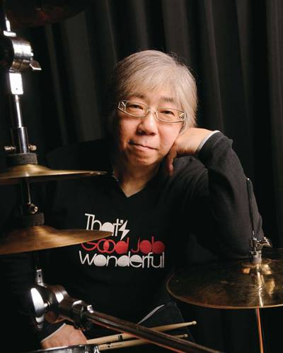 """仙波清彦プロフィール 邦楽囃子方仙波流家元・仙波宏祐の長男として生まれ、3歳より父に師事、日本伝統打楽器(小鼓、太鼓)を学ぶ。 10歳で歌舞伎界に入り、数多くの舞台に出演。東京芸術大学在学中には邦楽技能優秀者に与えられる安宅賞を受賞。 1978年""""THE SQUARE""""へ加入後、数々のセッションを経て、1982年""""はにわオールスターズ""""を結成。 1998年より「エイジアン・ファンタジー・オーケストラ」のリーダーとなりアジア諸国をツアー。 2000年結成のユニット""""SEMBA SONIC SPEAR""""等でライブ活動を展開。 2005年、愛知万博『愛・地球博』で「世界民族楽器オーケストラ・LEEO」ゲスト参加、「森の中のパレード」の音楽監督兼HANIWA EXPOのリーダーとして出演。洋・邦楽の分野を問わず多彩な活動を行っている。 現在、総勢23名の打楽器を中心とした「仙波清彦とカルガモーズ」を率い、更に破壊派BAND「疑惑のイージーリスニング」で活動。 数多くのセッションやプロデュースを行う。"""