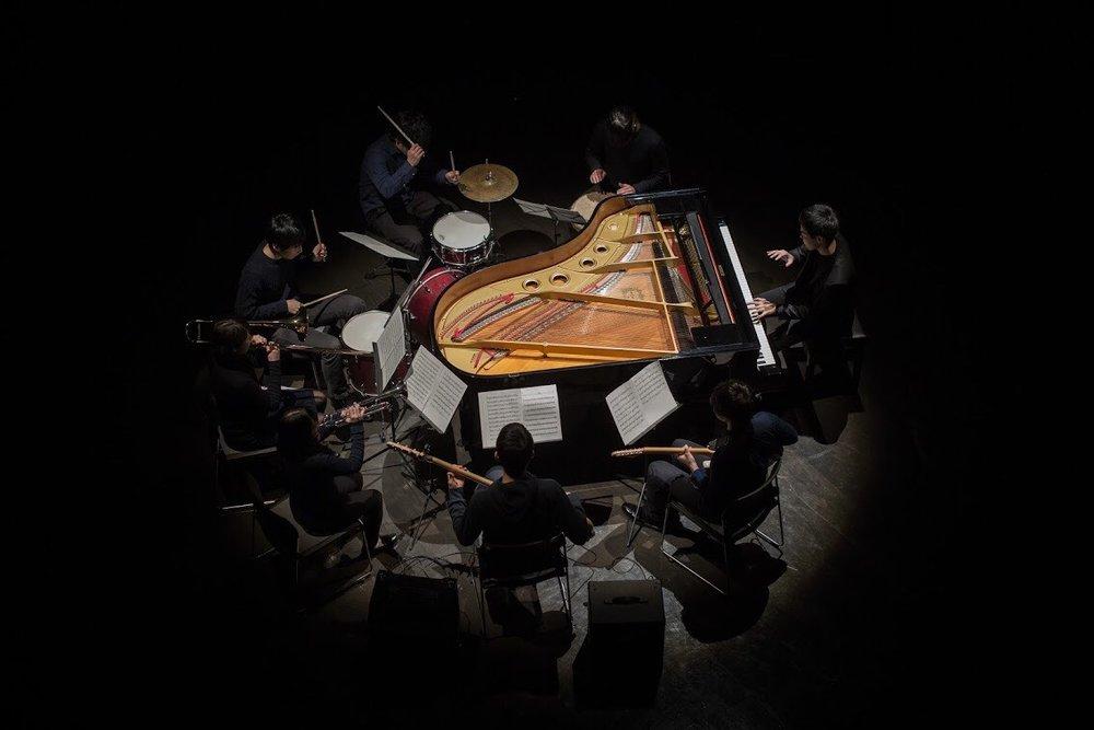 東京塩麹  2012年末に結成された、8人組の人力ミニマル楽団。 音楽史上初『ビン詰め音源』の販売や、人力だからこそなし得るグルーヴィーな生演奏が持ち味。ライブ活動や音源制作だけでなく「既存曲の人力Remix公演」や「客席を360°囲んだ人力サラウンドライブ」など、趣向を凝らした単独公演を度々開催。 2017年8月、1stフルアルバム『FACTORY』をリリース。同作はNYの作曲家スティーヴ・ライヒ氏にも絶賛される。 東京から世界に向けて、新世代のミニマルを発信中。   http://shiokouji.tokyo