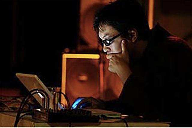 谷王 (a.k.a 大谷能生/Jazz Dommunisters) 1972年生まれ。音楽(サックス・エレクトロニクス・作編曲・トラックメイキング)/批評(ジャズ史・20世紀音楽史・音楽理論)。96年〜02年まで音楽批評誌「Espresso」を編集・執筆。菊地成孔との共著『憂鬱と官能を教えた学校』や、単著『貧しい音楽』『散文世界の散漫な散策 二〇世紀の批評を読む』『ジャズと自由は手をとって(地獄に)行く』など著作多数。音楽家としてはsim、mas、JazzDommunisters、呑むズ、蓮沼執太フィルなど多くのグループやセッションに参加。ソロ・アルバム『「河岸忘日抄」より』、『舞台のための音楽2』をHEADZから、『Jazz Abstractions』をBlackSmokerからリリース。映画『乱暴と待機』の音楽および「相対性理論と大谷能生」名義で主題歌を担当。チェルフィッチュ、東京デスロック、中野茂樹+フランケンズ、岩渕貞太、鈴木ユキオ、大橋可也&ダンサーズ、室伏鴻、イデビアン・クルーなど、これまで50本以上の舞台作品に参加している。また、吉田アミとの「吉田アミ、か、大谷能生」では、朗読/音楽/文学の越境実験を継続的に展開中。山縣太一作・演出・振付作品『海底で履く靴には紐がない』(2015)、『ドッグマンノーライフ』(2016/第61回岸田戯曲賞最終選考候補)では主演を務める。最新作は『JazzAlternative』(2016/Blacksmoker)。