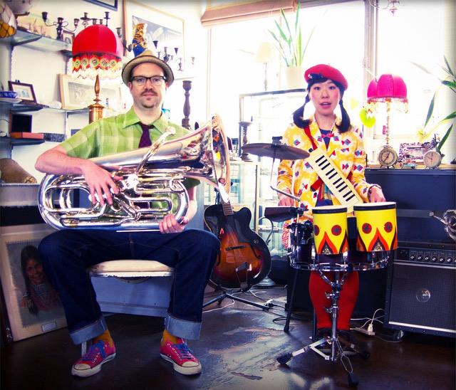 ■ふーちんギド  HEAVY GYPSY ROCK DRUMS AND TUBA! Tuba ギデオン・ジュークス(Sigur Rós, Orquesta Libre, シカラムータ)と Drum ふーちん(チャラン・ポ・ランタン, Libera Cielo,ジンタラムータ)からなる HEAVY GYPSY ROCK バンド。 2013年にレコーディングとライブセッションで意気投合。とりあえず2人でやってみよう!と、バンドを結成し、斬新な奏法を開拓。『tubaを吹きながら足でキーボード。drumを叩きながら鍵盤ハーモニカ』と、からだ中をフル回転し、時にはロックに、時には御茶目に、ふーちんギドワールドを展開中!!! 2015年4月26日、初のアルバム『FU-CHING-GIDO』をリリース。6月には韓国公演や、モンゴルでの野外音楽フェスティバルPLAYTIME2016へ出演も果たした。