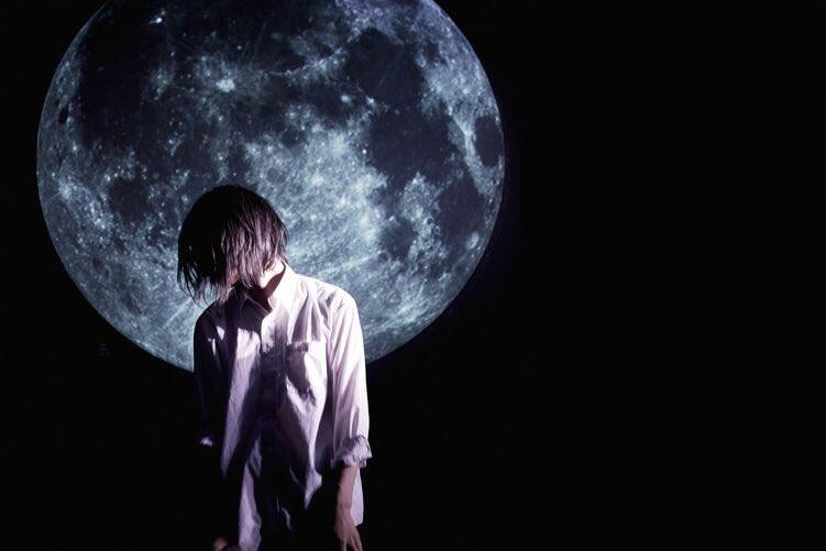 GOMESS(ゴメス)  自閉症と共に生きる、文学的フリースタイルラッパー 1994年9月4日生まれ / 静岡県出身。 第2回高校生ラップ選手権準優勝。 自閉症と共に生きるラッパーとして注目を集め、自身の生き様を歌った楽曲「人間失格」、「LIFE」は表現者として各所で評価される。 NHK Eテレの「ハートネットTV:ブレイクスルー File.21」で特集され、ラップに向き合う姿勢、リアルな日常が切り取られ、視聴者に衝撃を与えた。 また中原中也の詩「盲目の秋」を朗読カバーし中原中也記念館で楽曲展示されるなどポエトリーリーディングでも才能を発揮する。 2015年、民謡を唄う朝倉さやとのコラボ楽曲「RiverBoatSong」を収録したのアルバム「River Boat Song-FutureTrax-」が第57回日本レコード大賞企画賞を受賞するなど、ジャンルを超えた数多くの表現者との交流/共演を多くこなし、GOMESSは新しいカルチャーとして確立し始めている。  Twitter @ gomessthealien  HP  http://www.gomeban.com
