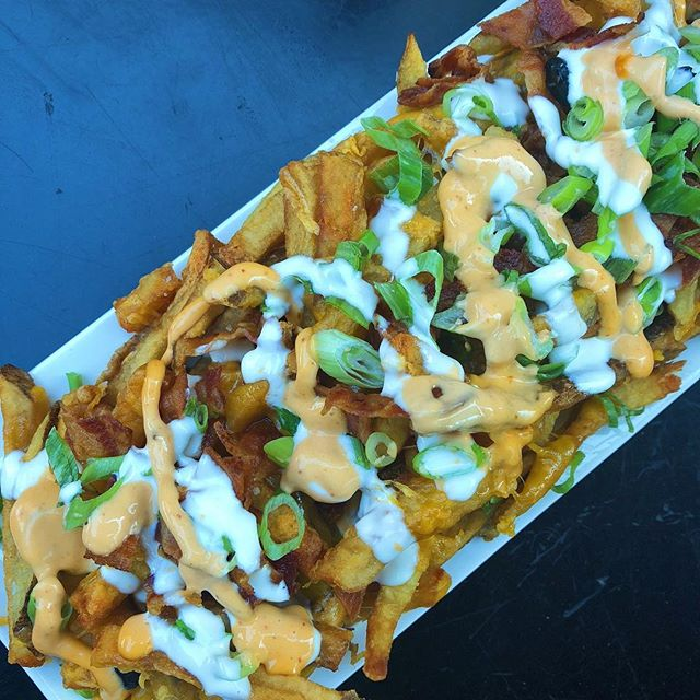 You know what's great for sharing with friends? The Loaded Fries.  Happy Hump Day!  #loadedfries #bacononfries #appetizers #humpday🐫 #eatlocal #foodies #chicagoeats #albanypark #irvingpark #hqhowardquintero #howardquintero #hq_chi_menu
