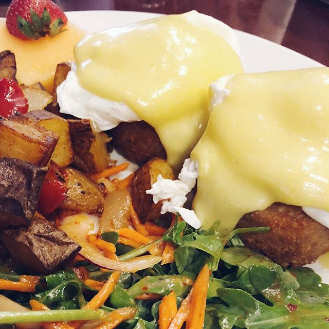 "Happy ""Crabby"" Weekend! Our Crab Cake Benedict is not just a regular Egg Benedict. The New England Crab Cakes really bring it to a new level of flavor and texture!  #crabcakes #weekendbrunch #benedict #eatlocal #chicagoeats #localbusiness #hqhowardquintero #howardquintero #hq_chi_menu #albanyparkchicago #albanypark #irvingparkchicago #irvingpark"
