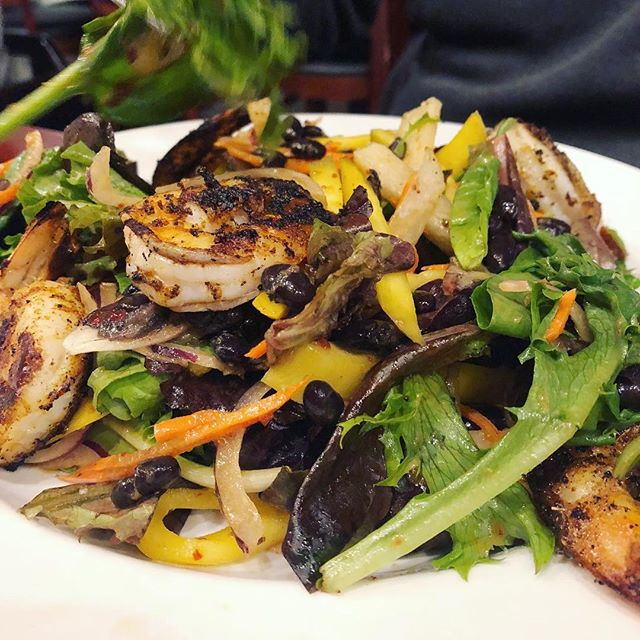 Need a little kick for the first Fall Back Monday? This Spicy Southwest Salad with Grilled Shrimps will do it!  #southwestsalad #grilledshrimp #spicysalad #fallback #eatlocal #chicagoeats #irvingpark #irvingparkchicago #albanypark #albanyparkchicago #hqhowardquintero #howardquintero #hq_chi_menu