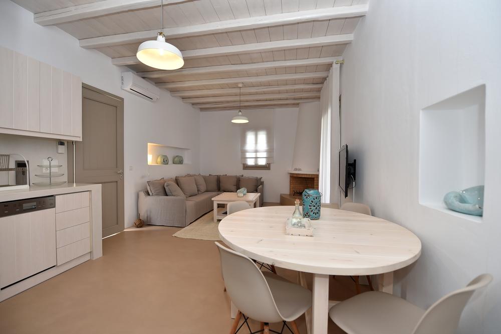 Villa Akathi - LaVilla Akathiest d'une superficie de 75 m². Elle comprend deux chambres à coucher (dont l`une Principale), deux salles de bains et d'une salle de séjour combo-cuisine àplan-ouvert. Equipée d'une cheminée, elle vous permet d'apprécier vos vacances durant toute l'année en jouissant d'une vue panoramique sur le village.