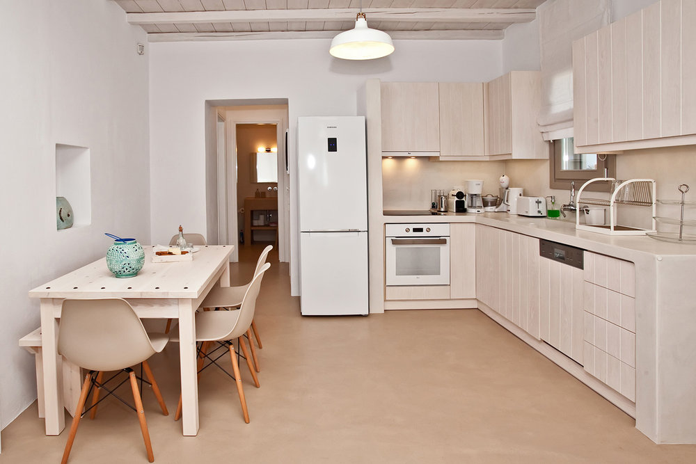 Κουζίνα - Πλήρως εξοπλισμένη κουζίνα που περιλαμβάνει:• Ψυγείο / καταψύκτη• Ηλεκτρική κουζίνα με κεραμική εστία & φούρνο• Πλήρης εξοπλισμός σκευών• Πλυντήριο πιάτων• Μηχανή καφέ φίλτρου & εσπρέσο (Nespresso)• Τοστιέρα• Βραστήρας• Στίφτης & αναδευτήρας