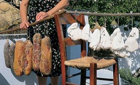 Γαστρονομία - Η Τήνος είναι ένα εξαιρετικά εύφορο νησί με φημισμένα τοπικά προϊόντα και πολλές γαστρονομικές γιορτές. Παράγει κριθάρι, βρώμη και σιτάρι, ενώ γνωστή είναι και για τα λευκά κρασιά της. Ως προς την κτηνοτροφία εκτρέφονται πρόβατα, αγελάδες, χοίροι, πουλερικά και περιστέρια, γι' αυτό υπάρχει και πλήθος τοπικών κρεατικών και τυριών. Δοκιμάστε οπωσδήποτε τηνιακό τυράκι, πικάντικη γραβιέρα και κοπανιστή. Από κρεατικά μην παραλείψετε τη λούζα, το σύγκλινο και τα παστά. Για το τέλος, γευτείτε χωρίς δισταγμό αμυγδαλωτά, παστέλι, λυχναράκια και ξεροτήγανα