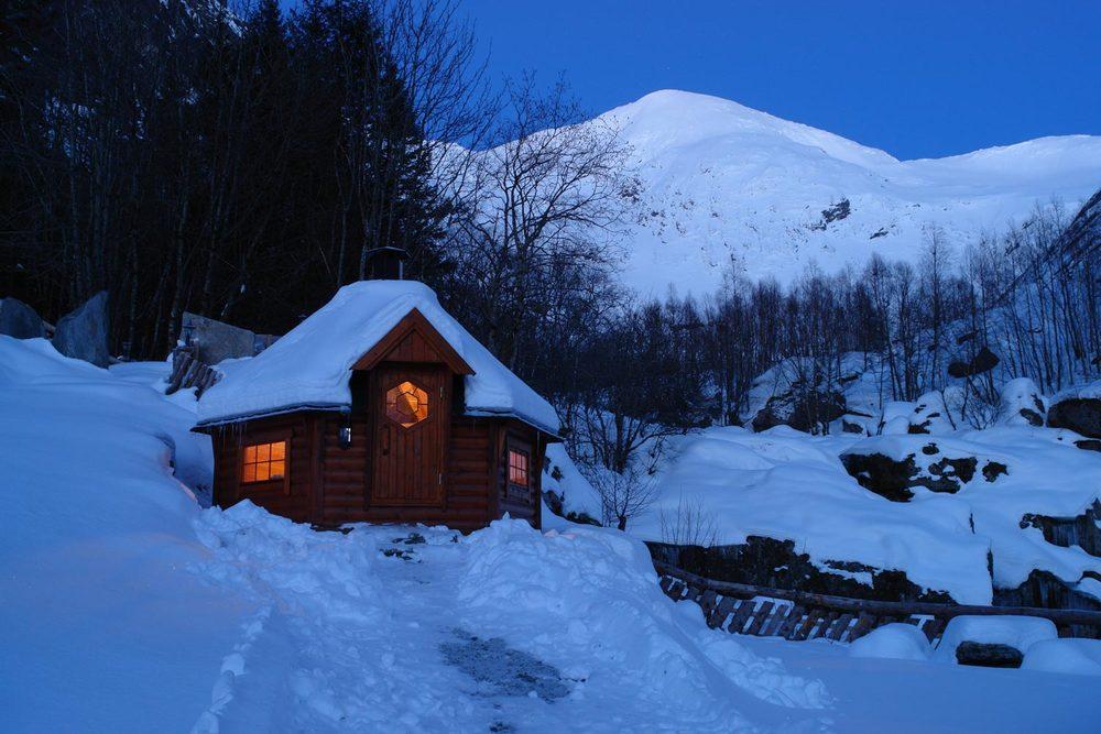 Grillhytta i vinterdrakt mellom Jølsterfjella