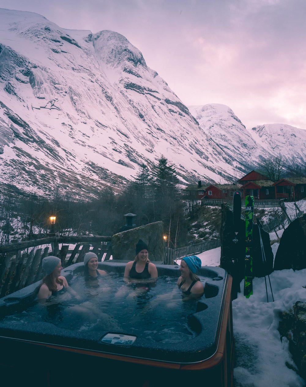 Massasjebad ute mellom høge fjell i Kjøsnesfjorden