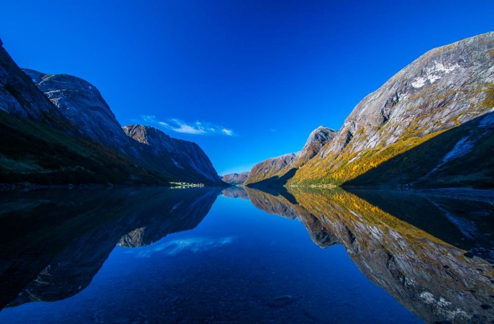 Kjøsnesfjorden i høstsol