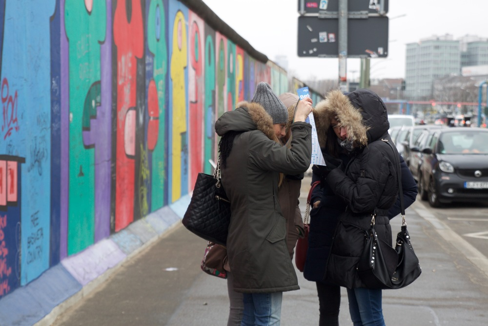 Map consultations at the Berlin Wall.
