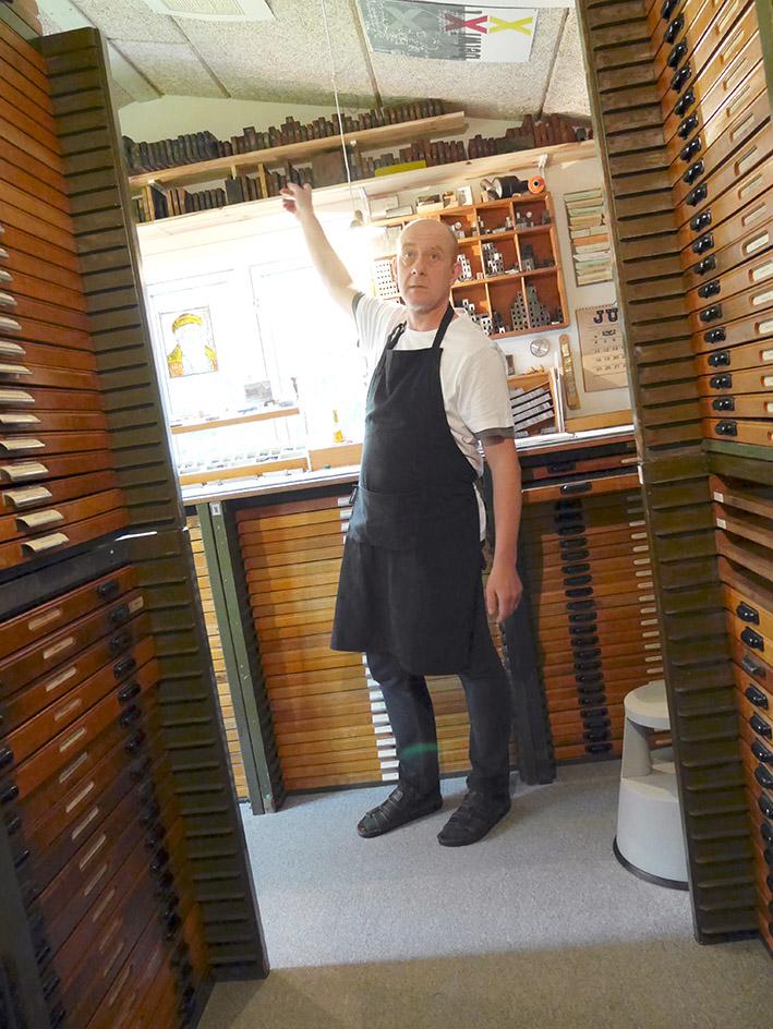 Jens esittelee lisää talon aarteita –  Jens showing us more treasures of the house