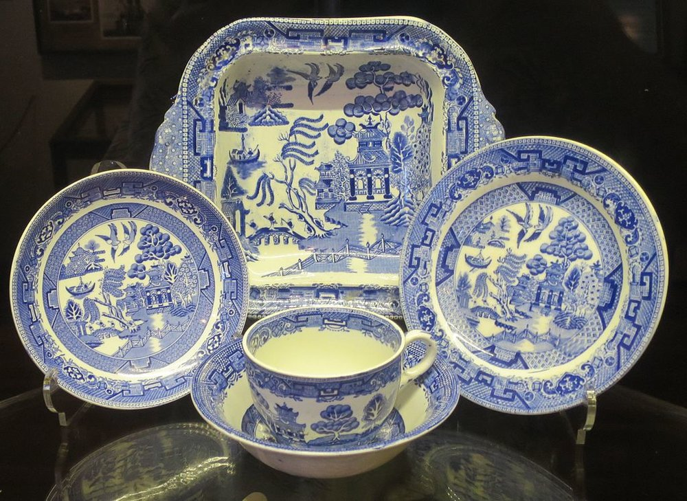 Blue_Willow_china,_c._late_1800s,_Lahaina_Heritage_Museum.jpg