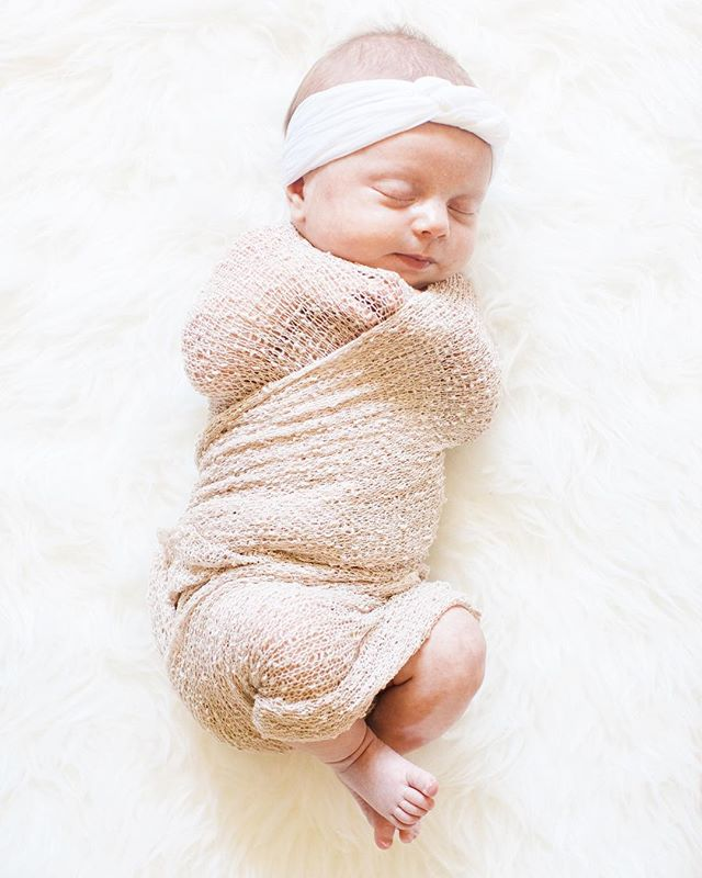Behind the scenes of today's swaddle struggle is on my stories. This little Ellie girl let me hang with her this morning to capture her newness and she cured all my #poststagecoachblues // #sneakpeek #taylorcolephoto
