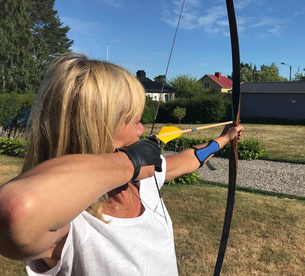Visst kan du skjuta hemma i trädgården eller i stugan, men det är lite du behöver tänka på. Fotograf: Lennart Karlsson, Modell: Birgitta Wenner