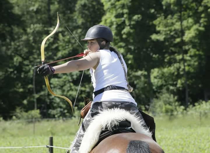 Ryttarbågen - Ryttarbågen tillverkas i moderna material, men även helt historiskt korrekta varianter som är laminerade i horn och senor. Ryttarbågen används inom bågskyttet i grenen Beridet, alltså på hästryggen, eller i Instinktivklassen. Bågen är svårskjuten i tävlingar till fots.