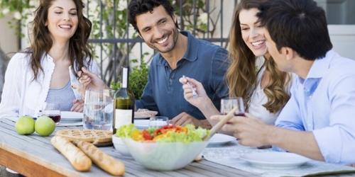 cena saludable y vegana con amigos