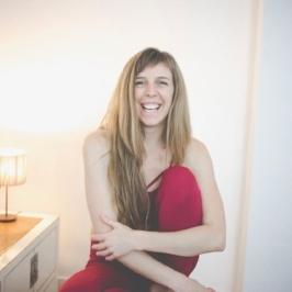 María Langenheim   Psicóloga y profesora de yoga. Descubrió en el yoga una forma de autoconocimiento y crecimiento personal sin comparación. Y ahora desde el profundo agradecimiento a esta práctica, la comparte a tiempo completo en su blog, en sus clases regulares, talleres, viajes y retiros. Como ex profesora de baile, su práctica es fluida y orgánica. Todas sus sesiones se adaptan al alumno, fomentando el respeto y la escucha profunda al cuerpo y las emociones.
