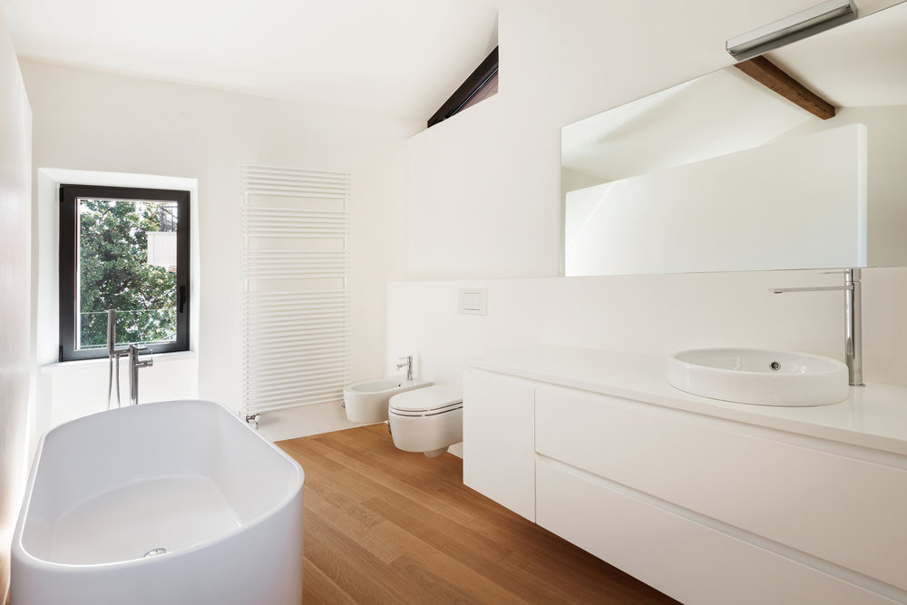 A bright and airy, well ventilated bathroom.