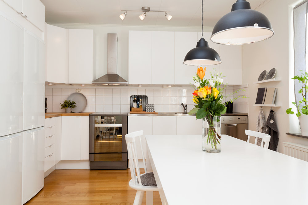 Kitchen diner with low hanging pendant lights