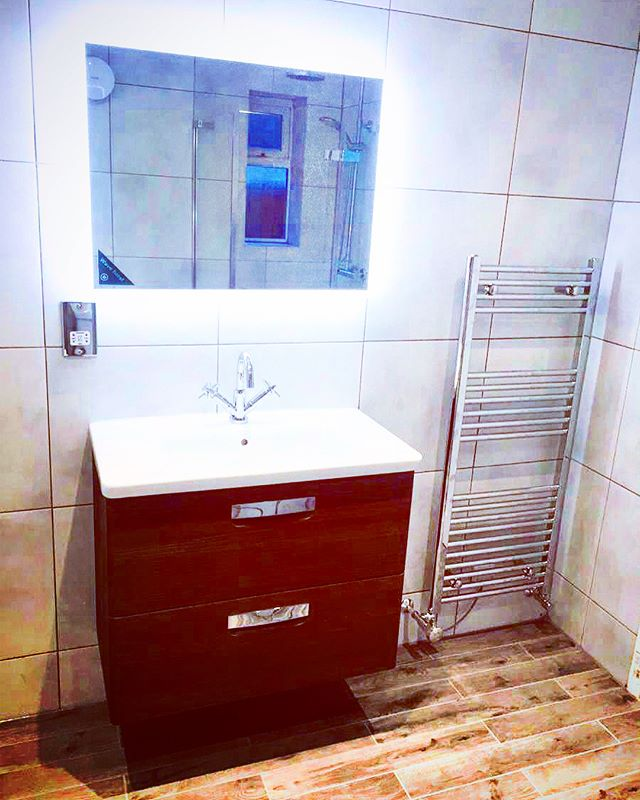 👀 We just love this striking minimalist new bathroom 💗 The ideal tranquil space to relax, refresh and rejuvenate after a long stressful day at the office 💆🛁💆‍♂️ The backlit mirror is an especially nice touch which adds a sense of contemporary cool to proceedings 😎⠀ ⠀ @houzzuk @bathrooms_of_insta⠀ ⠀ #opunminded #bathroom #bath #bold #mosaic #mosaictiles #interiorstyle #interiordecor #deco #homeimprovements #homerenovation #renovated #homereno #ukhouse #renovating #homeinspo #inspiration #homedecor #interiorlovers #homestyle #homedesign #instahome #londonhome #londonliving #showertime #shower #classic #minimalist #inspiration #glamour