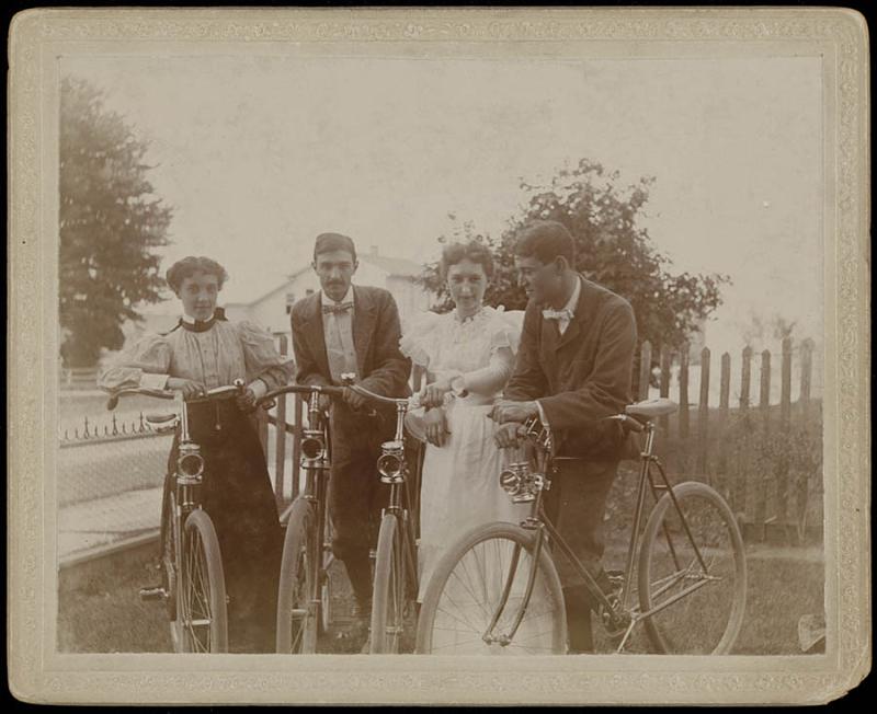 americanhistory.si.edu-Coed-cyclists-1910.jpg