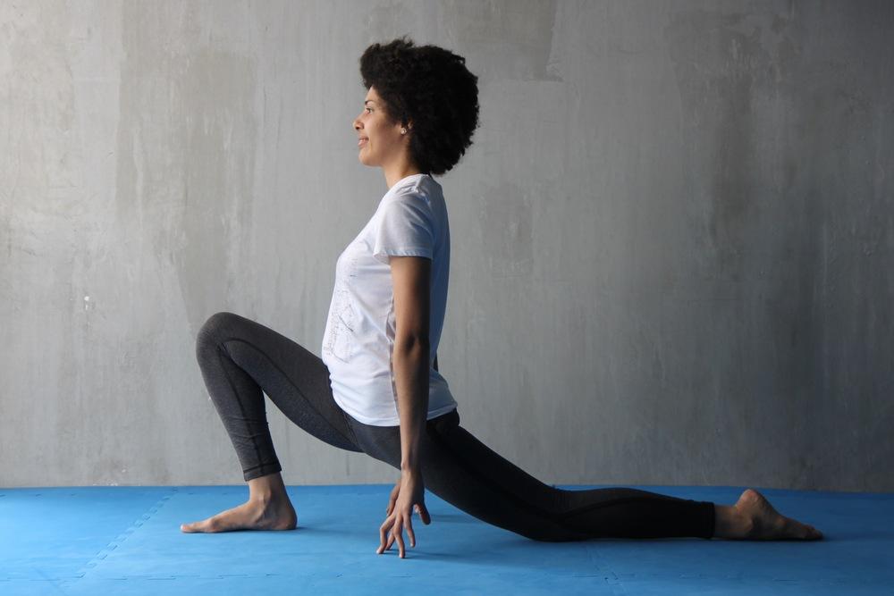 Desde la posición anterior, flexiona la pierna que está delante y coloca la rodilla de atrás en el suelo, trata de ir bajando las caderas gradualmente, haciendo que se distienda la parte frontal de la pierna de atrás y que se vaya ampliando el movimiento de las caderas. Realiza lo mismo para el lado contrario.