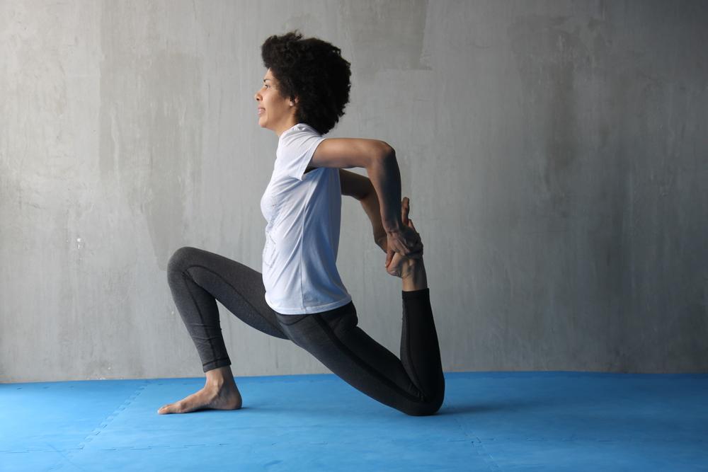 Para intensificar la elongación del cuadricep, toma el pie que está detrás con una mano y acerca gradualmente el talón hacia los glúteos, distendiendo aun más la parte frontal del muslo. Recuerda esforzarte, pero manteniendo el confort. Compensa.