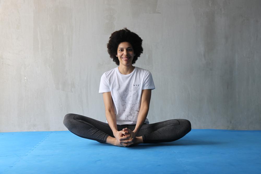 Siéntate y junta los pies cerca de las caderas, agarrando los pies con ambas manos y manteniendo la columna extendida, mueve las piernas hacia arriba y hacia abajo repetidas veces, incrementando la velocidad y el rango de movimiento. Para finalizar, detén el movimiento y empuja las rodillas hacia abajo con los codos.