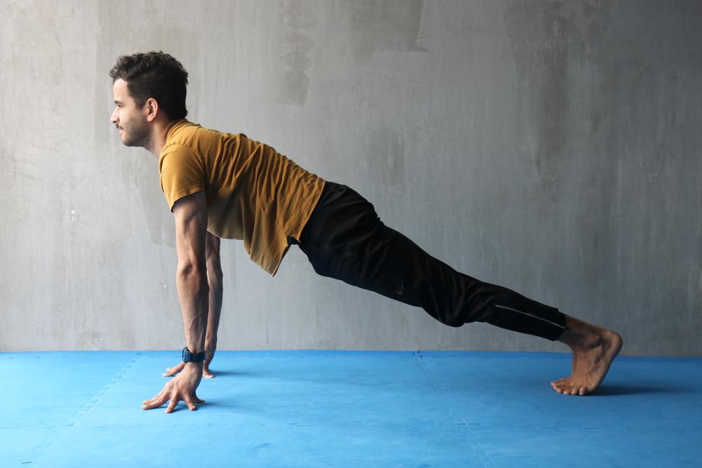 Apóya tus manos -o mejor aún: la punta los dedos-y piés en el suelo y trata de mantener todo el cuerpo bien extendido. Esta posición te ayudará a fortalecer una gran cantidad de los músculos que ayudan a sostener la columna extendida. Los músculos abdominales, por ejemplo, son unos de los más favorecidos.