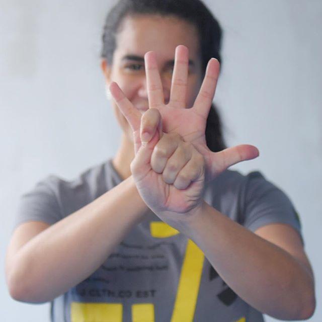 Dentro de las técnicas que componen el Yôga Antiguo, están los mudrás.  Los mudrás son gestos hechos con las manos que no sólo son usados para acompañar a las técnicas corporales; guardan en sí, entre otras cosas, el poder de desencadenar estados de consciencia. De esta y las demás técnicas del Yôga estaremos hablando en nuestro workshop ORIGENES. Entra al link en nuestro perfil y entérate del programa completo.