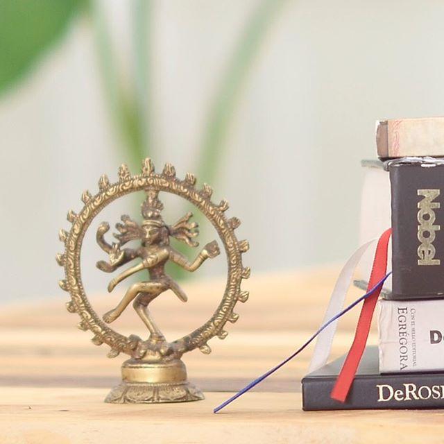 Cuenta la tradición que fue Shiva quien creó el Yôga. En realidad, no sabremos el nombre real de aquel personaje, pero sí sabemos que entró a la mitología, entre otros tantos, con el título de Natarája o Rey de los Bailarines. Así surge el Yôga hace más de cinco mil años, inspirado en la danza y como una forma de perfeccionar aquel arte. A pesar de conocerlo como un ser mitológico, la visión naturalista y técnica del Yôga Antiguo reconoce a Shiva como un bailarín, despojado de toda la parafernalia propias de un misticismo que sólo surgió varios siglos después del nacimiento de esta filosofía. De esto y más aprenderemos en nuestro workshop ORÍGENES. Inscríbete entrando al link en nuestro perfil.